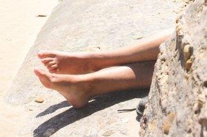 Pieds dépassant d'un rocher