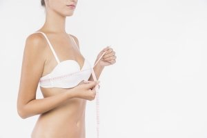 Femme mesurant son tour de poitrine