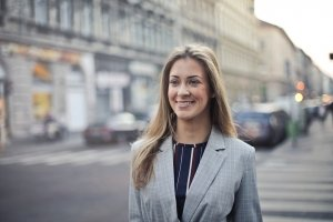 Businesswoman souriant à l'objectif